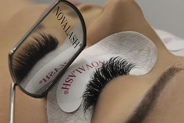 novalash mirror reflecting eyelash extensions